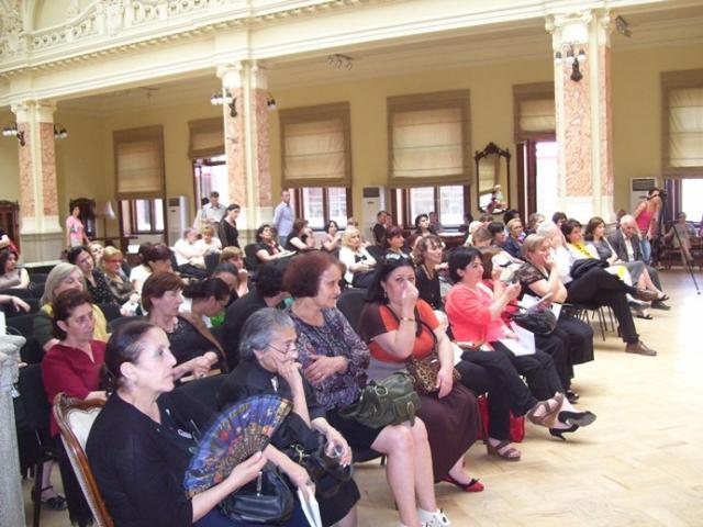 ყრილობის მონაწილეები ეროვნული ბიბლიოთეკის დარბაზში